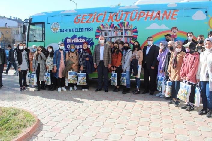 Kahta´da 350 öğrenciye 2 bin kitap desteği