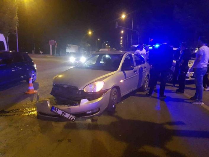 Adıyaman'da Kavşakta iki otomobil çarpıştı: 2 yaralı