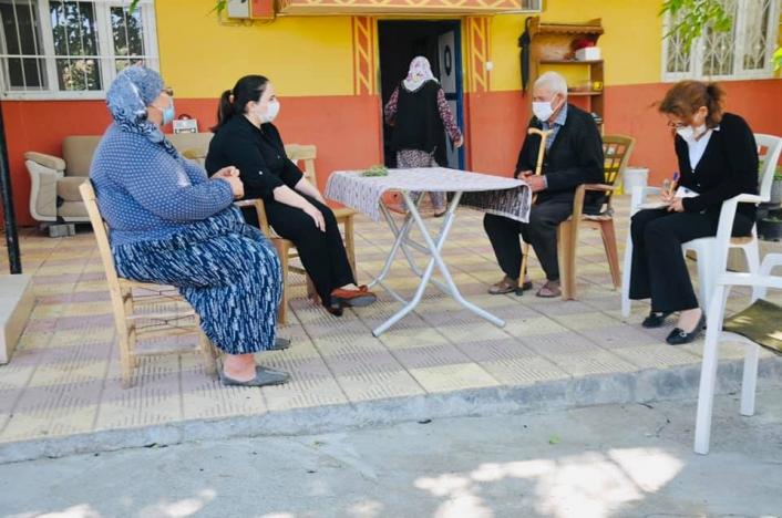 Kaymakam Demir yaşlılarla evlerinde bir araya geliyor