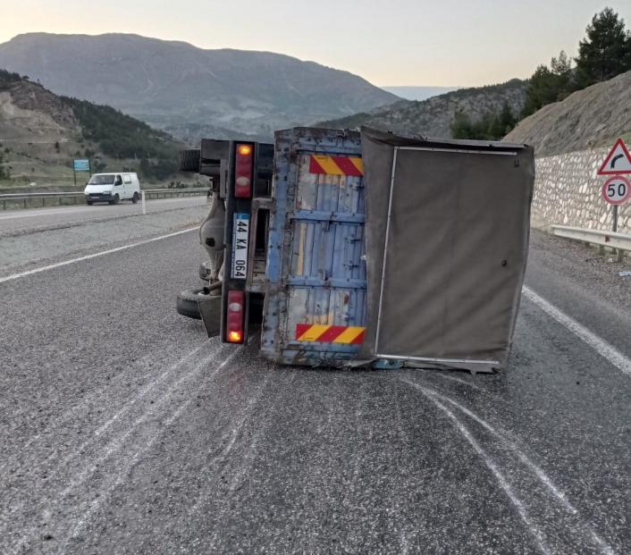Kontrolden çıkan kamyon devrildi