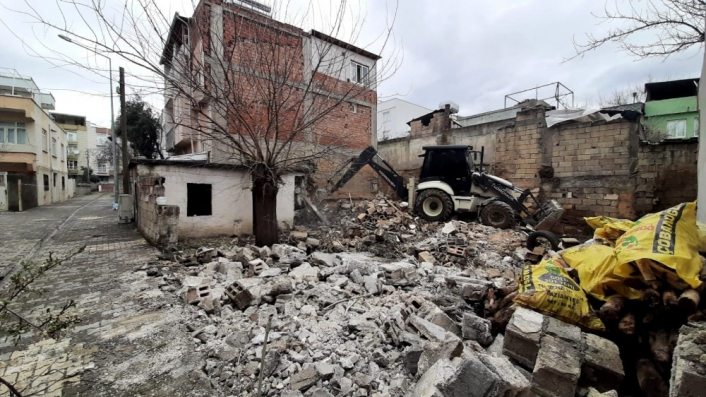 Mahallenin huzur ve güvenliği için metruk bina yıkıldı