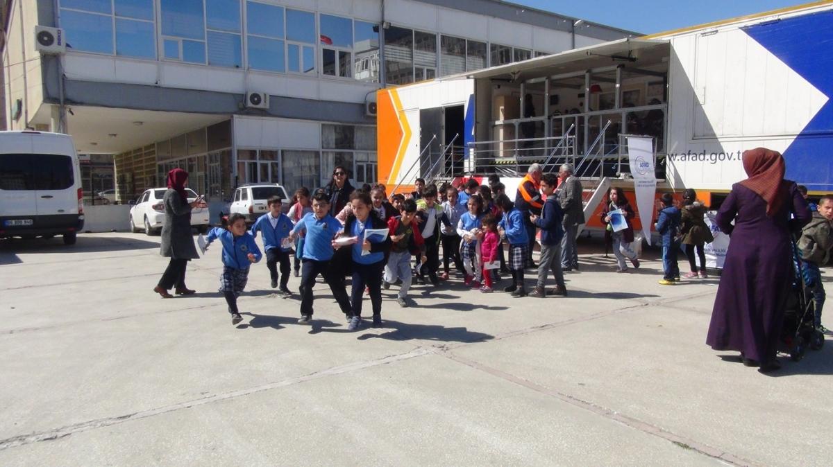 Öğrenciler Simülatör Deprem TIR'ı İle Bilinçlendiriliyor