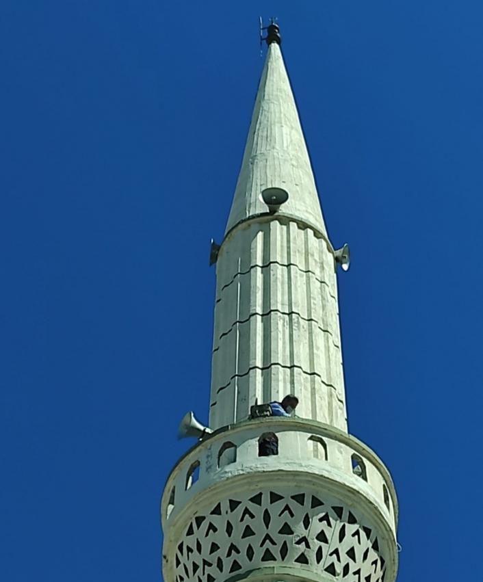 Minarede mahsur kalan kedi kurtarıldı