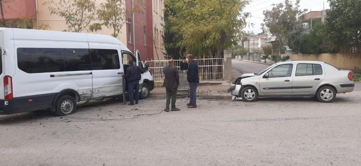 Adıyaman'da Minibüs ile otomobil çarpıştı: 1 yaralı