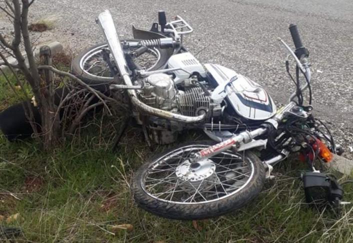 Motosiklet ile otomobil çarpıştı: 1 ağır 2 kişi yaralandı