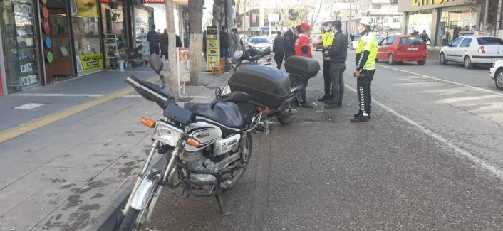 Motosiklet yayalara çarptı: 2 yaralı
