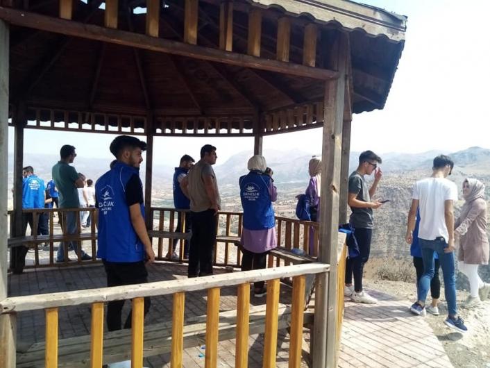 Nemrut Dağı Milli Parkı´nda gençler temizlik yaptı