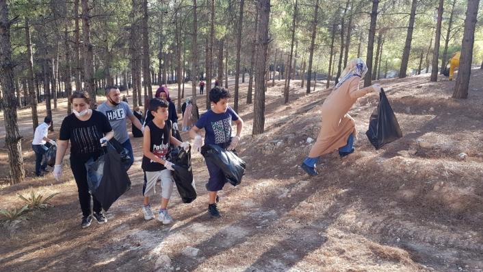 Öğretmen, öğrenci ve veliler ormanda temizlik yaptı