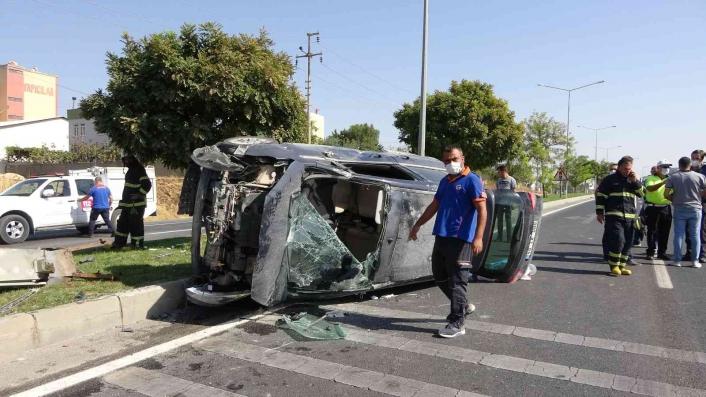 Adıyaman'da Önce otomobile ardından refüje çarptı: 5 yaralı