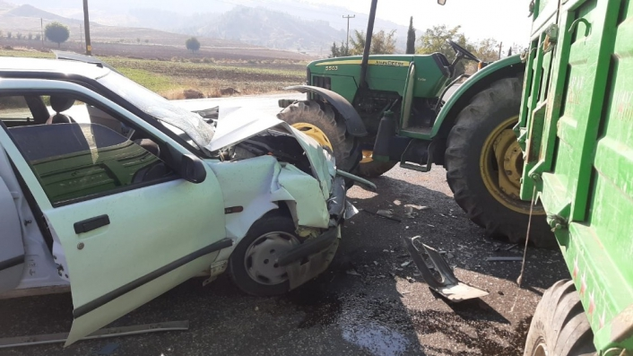 Adıyaman'da Otomobil ile traktör çarpıştı: 3 yaralı