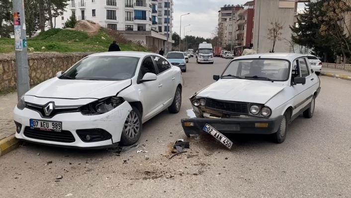 Otomobil park halindeki araca çarptı: 1 yaralı