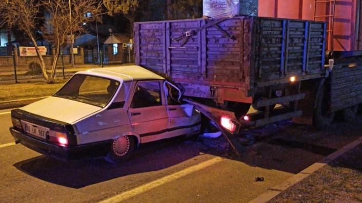 Adıyaman'da Otomobil tıra çarptı: 1 yaralı