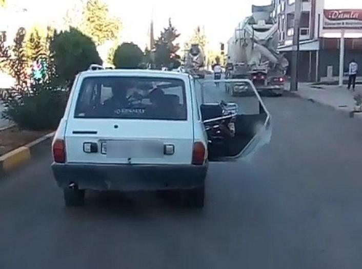 Otomobil trafikte kapısı açık ilerledi kazaya davetiye çıkardı