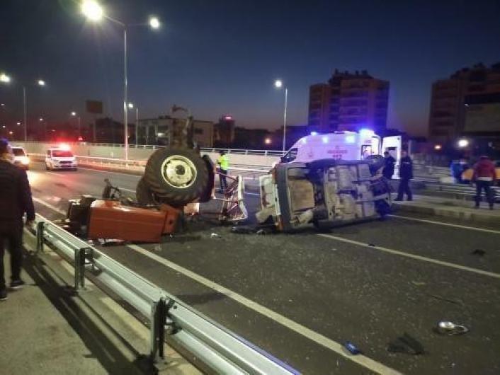 Otomobilin arkadan çarptığı traktör devrildi: 2 yaralı
