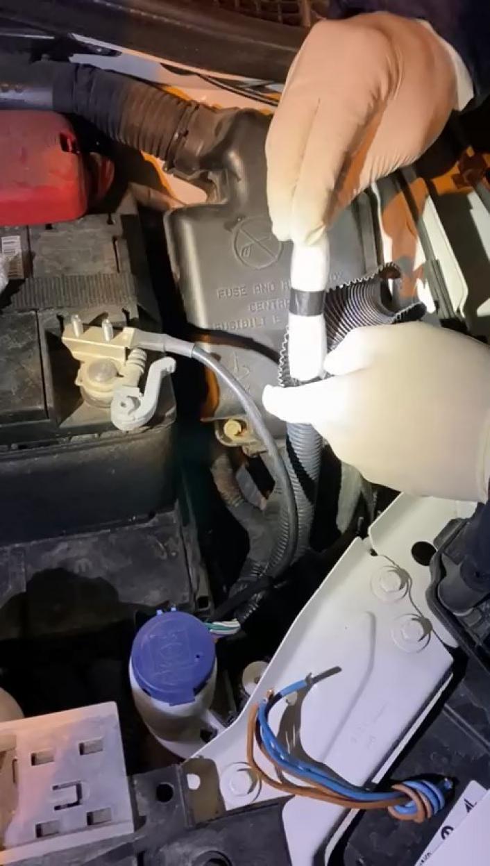 Adıyaman'da Otomobilin motor kısmındaki boru içerisine uyuşturucu bulundu
