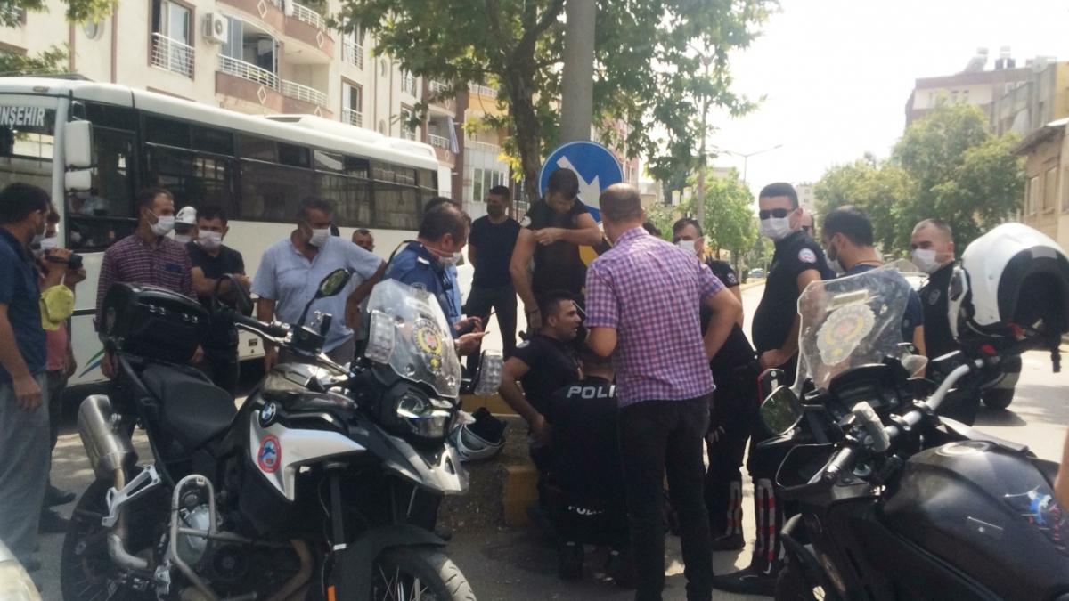 Otomobille çarpışan motosikletteki 2 polis memuru yaralandı