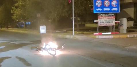 Seyir halindeki motosiklet alev topuna döndü