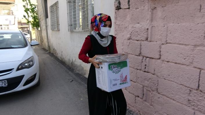 Sıcak sıcak hazırlanan iftar yemekleri tek tek evlere bırakılıyor