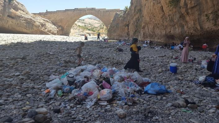 Tarihi cendere köprüsü çöpten geçilmiyor