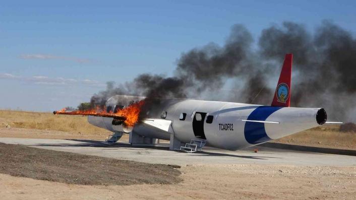 Tatbikat için yakılan uçak maketi paniğe neden oldu