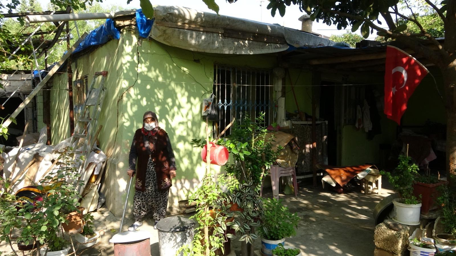 Tavanı çöken duvarları yarık evde yaşama tutunmaya çalışıyor