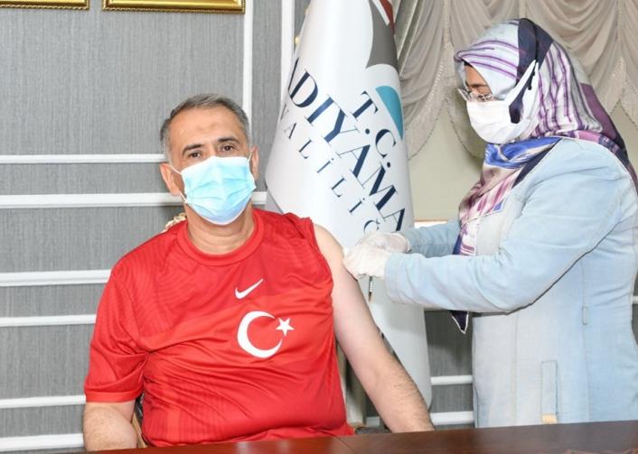 Vali Mahmut Çuhadar, 3. doz aşısını yaptırdı