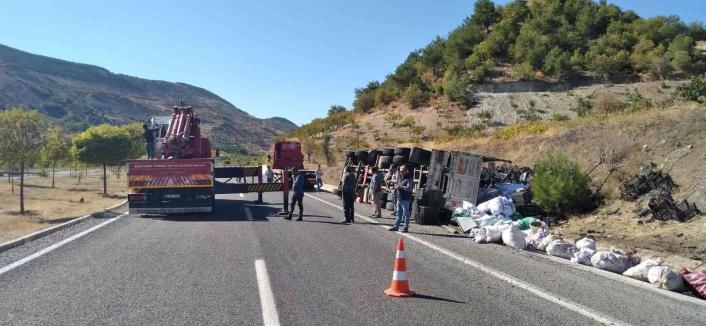 Adıyaman'da Virajı alamayan kamyon yan yattı