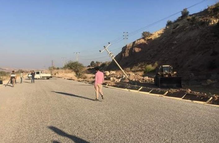 Yol çalışmasında elektrik direkleri devrildi